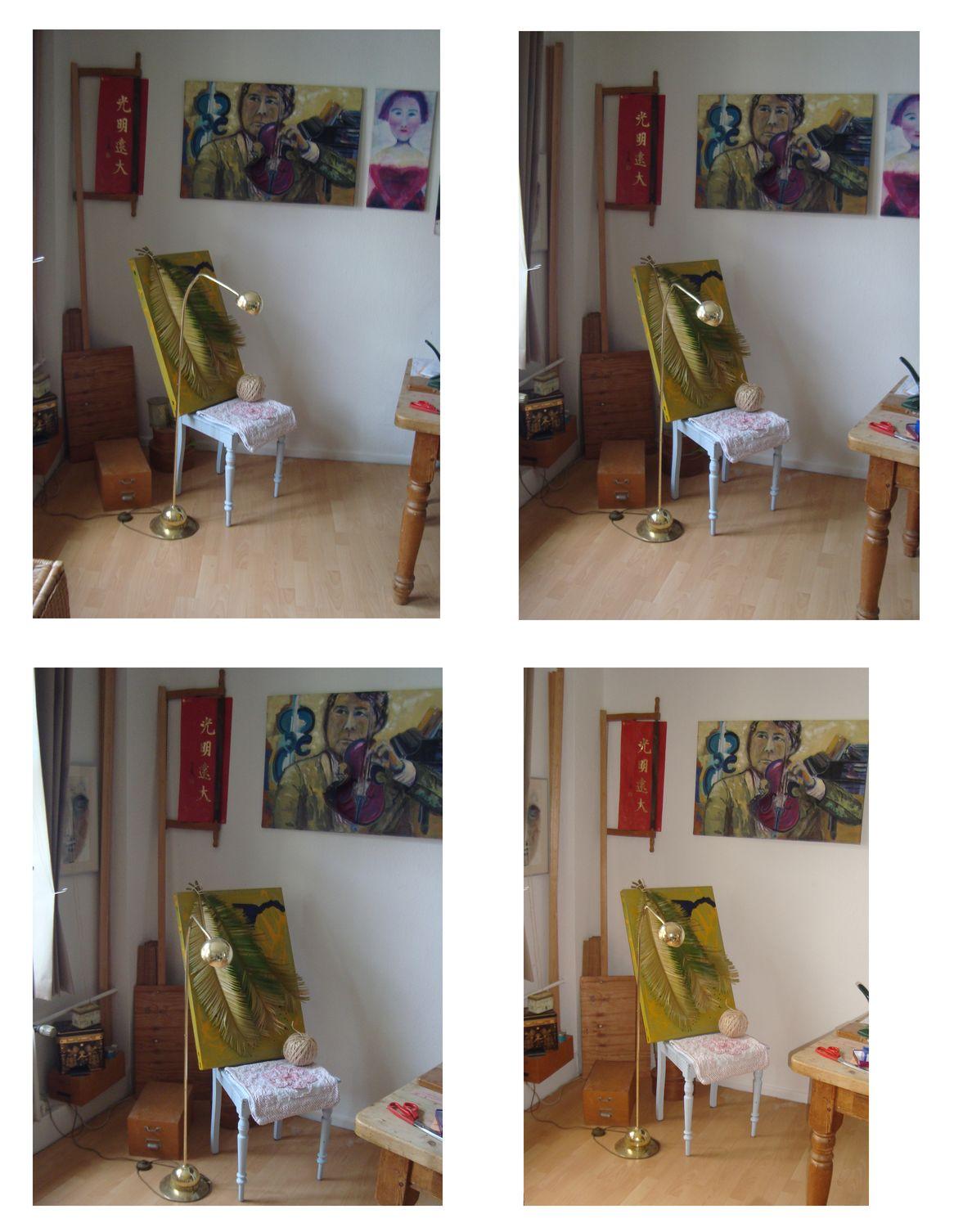 Arrangement - Blechbild mit Palmenwedeln, Sisalkordel und Kissenbezug auf hellblauem Stuhl neben Stehlampe im Gold-Look vor Wand in hölzernem Ambiente