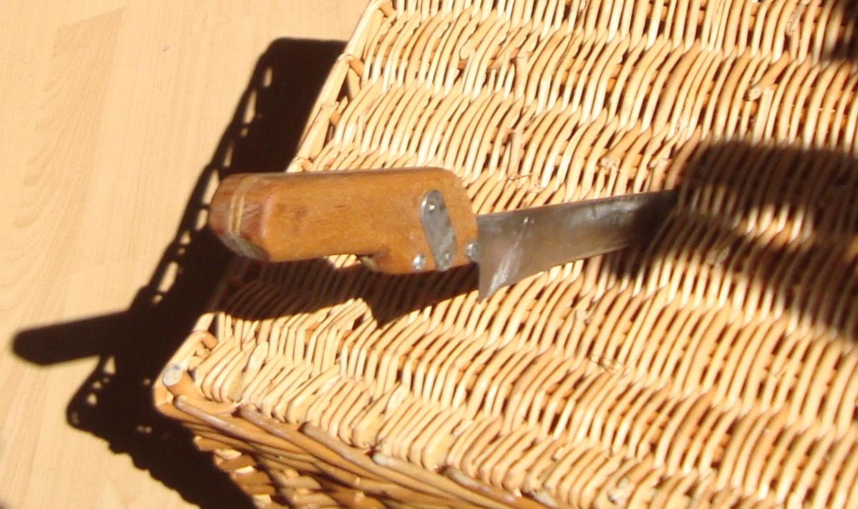 altes Brotmesser mit neuem Griff aus Abfallprodukten:  Obstkistensperrholzbrettchen zwischen Keilen aus Buchenholz verschraubt mit Computerteilen. Holzleim und Leinölfirnis